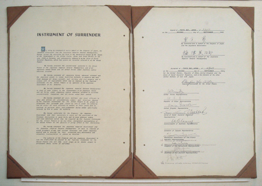 Americká kopie kapitulační listiny podepsané 2. září 1945 v Tokijském zálivu. (Zdroj Wikipedia Commons)
