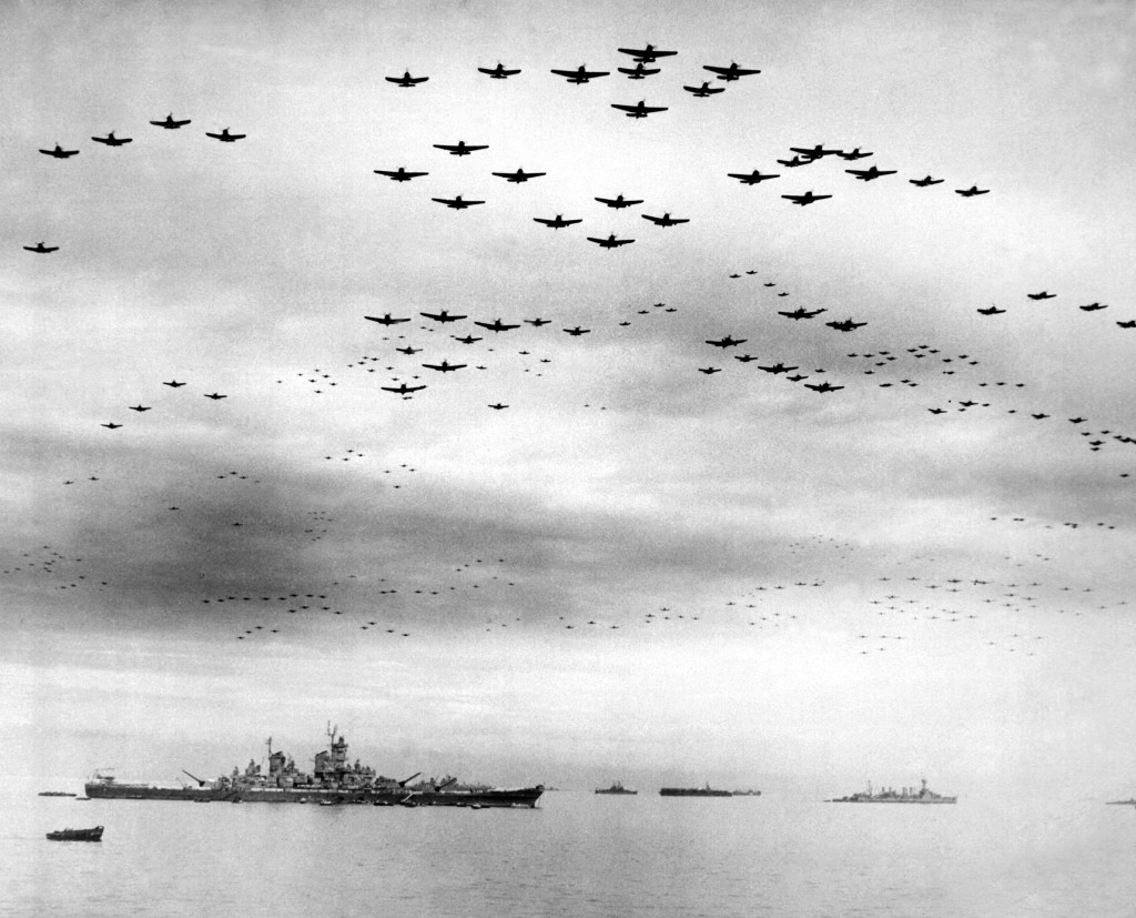 Po podpisu kapitulační listiny demonstrovaly Spojené státy americké svou sílu přeletem tisíců letadel startujících z letadlových lodí US Navy nad japonským hlavním městem. Tokio, 2. září 1945. (Zdroj: Naval History and Heritage Command)