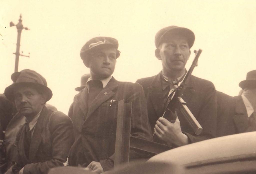 Plzeňané se chystají vyjet na pomoc Pražskému povstání. (foto AMP)