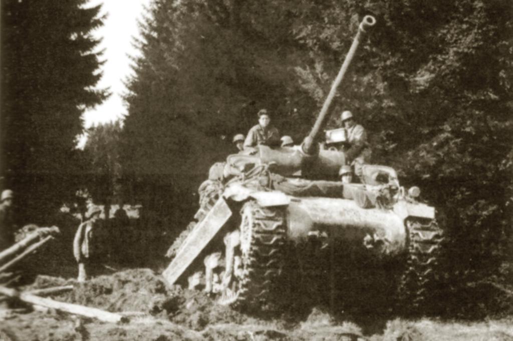 Stíhač tanků M36 podporuje postup vojáků americké 5. pěší divize Šumavou v dubnu-květnu 1945. (foto: VÚA-VHA)