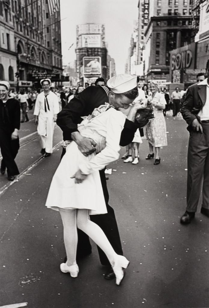 """Nejslavnější fotografie z oslav ukončení druhé světové války. Alfred Eisenstaedt, - """"V-J Day in Times Squire"""". New York, 14. srpna 1945. (Zdroj: LIFE)"""